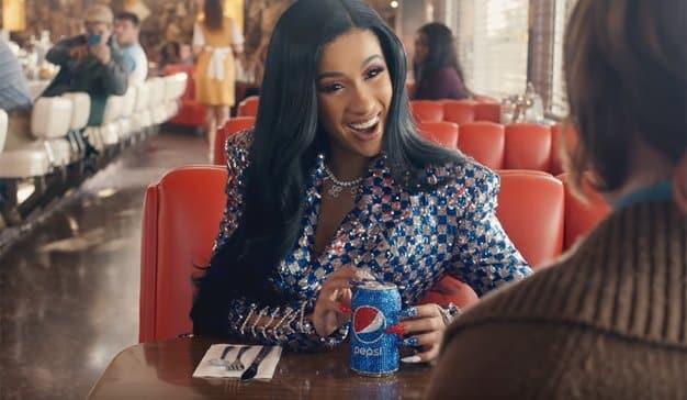 Cardi B deslumbra (literalmente) en el aperitivo publicitario de Pepsi para la Super Bowl