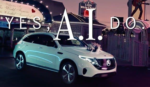 Una inteligencia artificial oficia bodas a bordo de un Mercedes-Benz ECQ en esta campaña