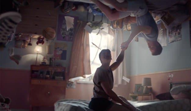 Los sueños de los jóvenes protagonistas de este spot están atrapados en dormitorios infantiles