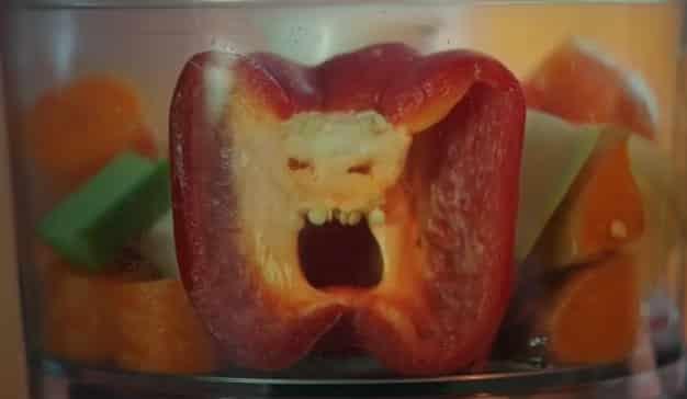 Este anuncio insta a los niños a vencer a las verduras asesinas comiéndoselas