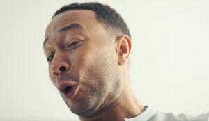 Un John Legend en modo padre orgulloso convierte el cambio de pañales en una fiesta en este musical spot