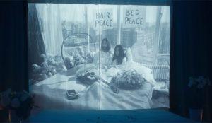 Hilton recupera el espíritu activista de John Lennon y Yoko Ono en su nuevo spot