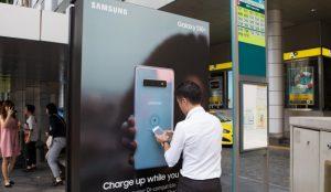 Samsung convierte las paradas de autobús en estaciones de carga inalámbrica