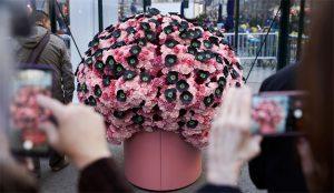 Este gigantesco cerebro floral de McCann trata de desestigmatizar las adicciones