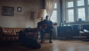 Este spot resucita los recuerdos sepultados en la memoria a golpe de acordes de guitarra