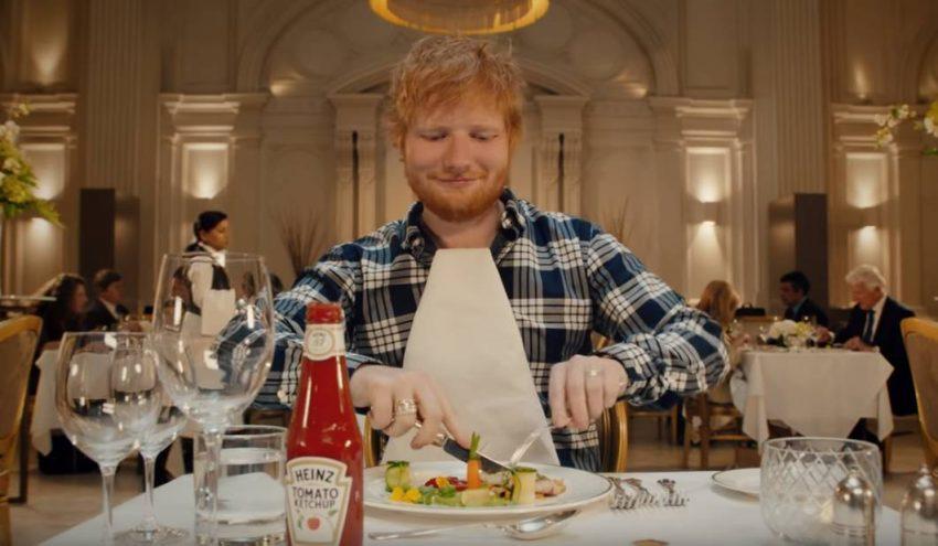 ¡No sin mi Heinz! Ed Sheeran deja el protocolo a un lado por su amor al ketchup en este divertido spot