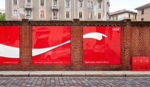Estas ocurrentes vallas de Coca-Cola señalan inequívocamente con el dedo puntos de reciclaje