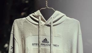 Adidas y Stella McCartney dan un paso más en el reciclaje de la moda con esta sudadera