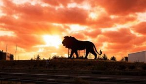 Simba destrona (temporalmente) al toro de Osborne y se convierte en el rey de las carreteras españolas
