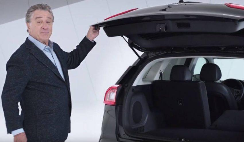 Robert de Niro presume de coche eléctrico en la nueva campaña de Kia