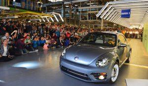 El último Volkswagen Beetle sale de la línea de producción en medio de una fiesta