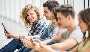Los jóvenes españoles gastan más en compras online, moda y ocio en general