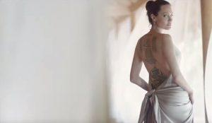 Guerlain anuncia su nueva fragancia con los provocativos tatuajes de Angelina Jolie