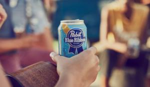 Pabst Blue Ribbon paga a la agencia creativa BBH con latas de cerveza