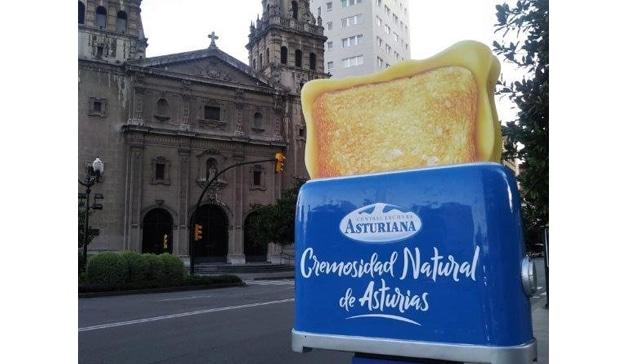 Central Lechera Asturiana se publicita con tostadoras 3D en Oviedo y Gijón
