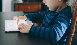 Un 30% de los niños españoles de 4 años pedirán un dispositivo con pantalla como regalo de Navidad