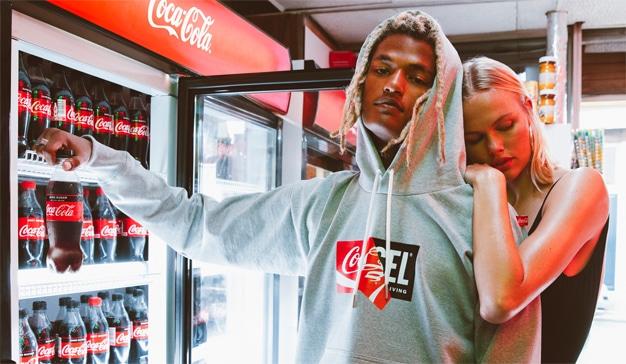 Diesel y Coca-Cola burbujean juntos en una colección de ropa con materiales reciclados
