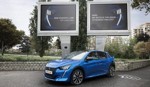 Peugeot diseña unas carteleras publicitarias que transforman el ruido en energía para sus coches eléctricos