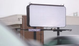 Una agencia compra espacio publicitario por valor de 10.000 dólares y lo deja en blanco