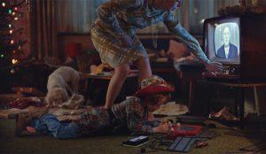 Este nostálgico spot sigue las andanzas navideñas de una familia en los últimos 60 años