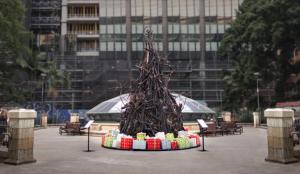 En esta campaña australiana un árbol de Navidad calcinado sofoca las llamas de los incendios