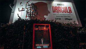 La BBC despliega unos carteles inmersivos donde las estacas sangrientas y las sombras son los protagonistas