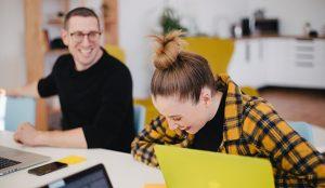 El 97,2% de los españoles cree que un jefe con sentido del humor ayuda al entorno laboral y a la productividad