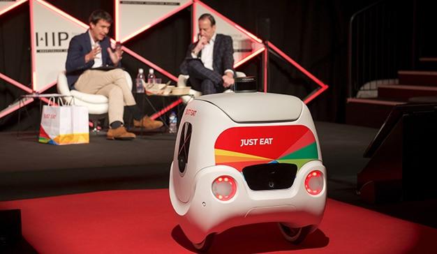 Patrik Bergareche Marius Robles durante la intervención sobre robótica