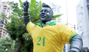 LiGay y AlmapBBDO visten la estatua de Pelé con esta camiseta para luchar contra la homofobia