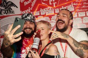 Budweiser voltea las etiquetas de sus cervezas para regalar a sus fans selfis perfectísimos