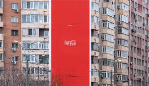 En este anuncio la icónica botella de Coca-Cola es invisible (pero se le ve el plumero)