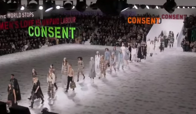 Dior celebra un desfile feminista para denunciar la agresión sexual de Harvey Winstein