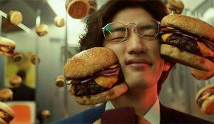 En este spot deliciosamente tonto unas hamburguesas muy suculentas dan brincos en el metro
