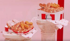 Con el aroma a pollo frito en los talones: KFC y Crocs crean unos loquísimos y fragantes zapatos