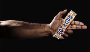 En manos de un hombre negro las chocolatinas se convierten en armas en este escalofriante spot