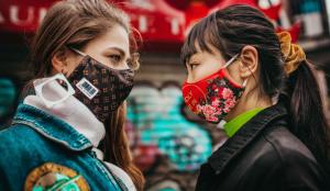 Un grupo de creativos lanza una colección de mascarillas para combatir el racismo provocado por el coronavirus