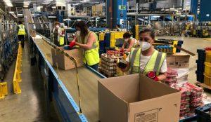 Correos continúa con su dinámica solidaria y reparte 20.000 lotes de alimentos en Barcelona