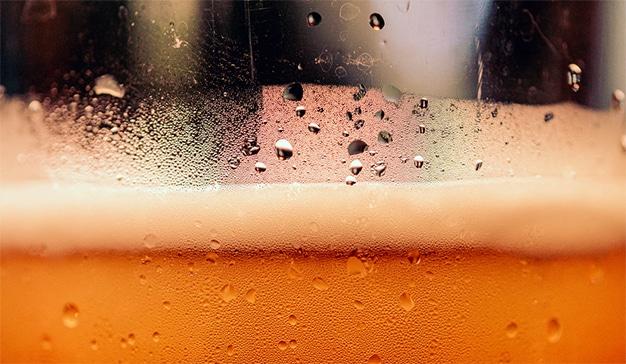 Adiós papel higiénico: ahora las penas de la cuarentena se ahogan en cerveza, patatas y aceitunas