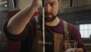 Amstel y Cruzcampo lanzan sus campañas de apoyo a los bares para impulsar el movimiento #FUERZABAR