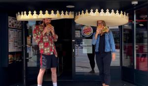 Burger King mantiene el distanciamiento social gracias a estas gigantescas coronas