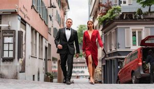 En este spot el agente 007 huye a los Alpes suizos para escapar del peor villano: el COVID-19