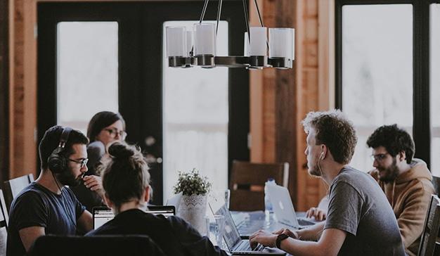 8 escenarios que marcarán las relaciones laborales entre empresas y profesionales en la