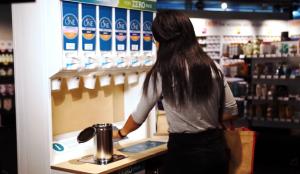 Nestlé utiliza estos innovadores dispensadores con el fin de reducir los envases de un solo uso