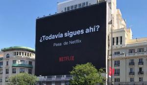 Netflix sorprende con un nuevo golpe de creatividad en su última campaña de publicidad exterior