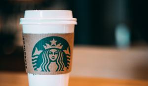 Starbucks prohíbe a sus empleados llevar prendas o accesorios que apoyen el movimiento Black Lives Matter