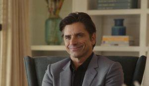 John Stamos teje para los clientes de Geico en su última campaña publicitaria