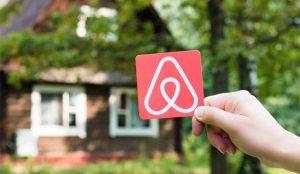 Airbnb aprieta las tuercas al COVID-19 vetando las fiestas en sus alojamientos