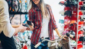 Un 55% de los consumidores consulta permanentemente el teléfono móvil mientras va de compras