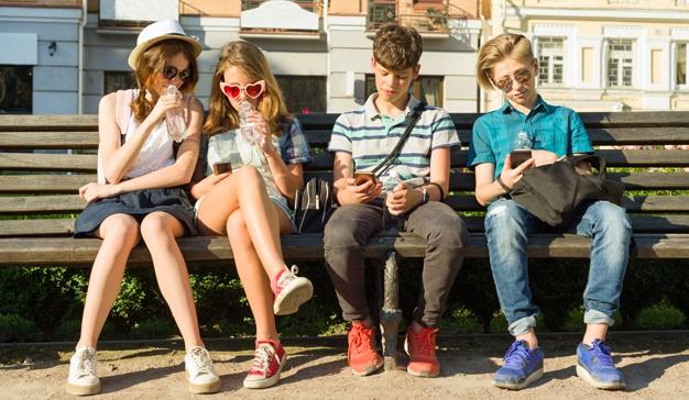 Adolescentes usan el móvil 3 veces más durante el confinamiento