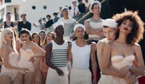 Corsés y torsos desnudos: Jean-Paul Gaultier inunda su nuevo y opulento spot de sus propios clichés